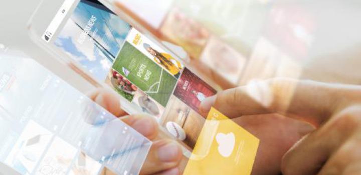 Smartphone mit News auf Kacheln und Touchscreen